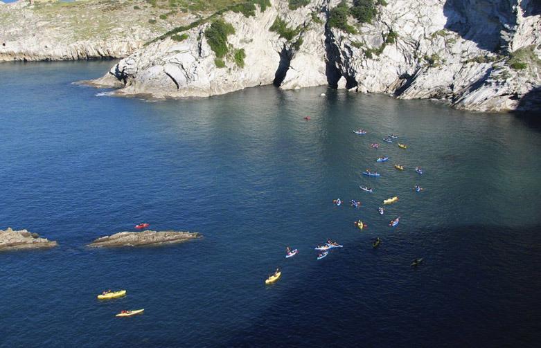 Grupo de personas que realizan kayak en la costa de Uribe