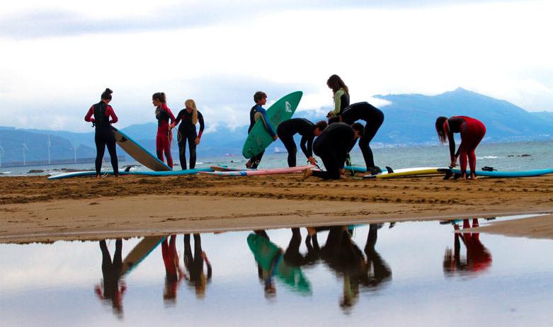 grupo de niños que practican surf