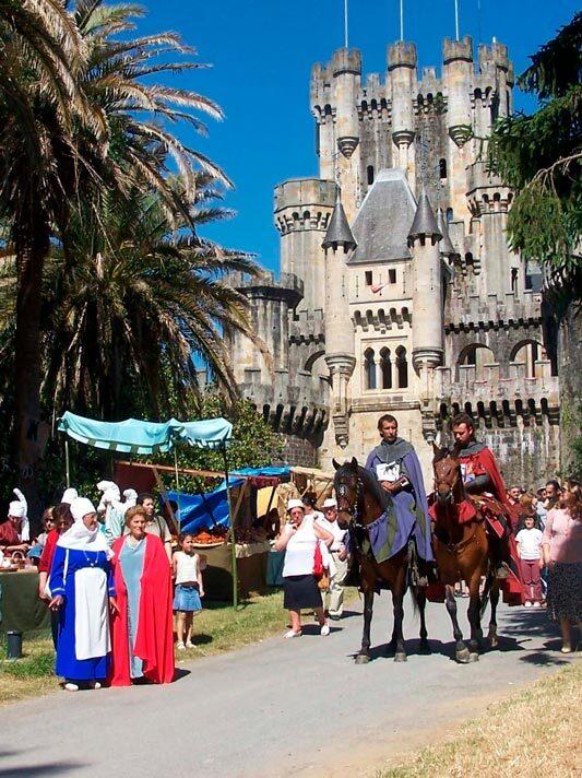 visitantes en feria medieval del castillo de Butrón