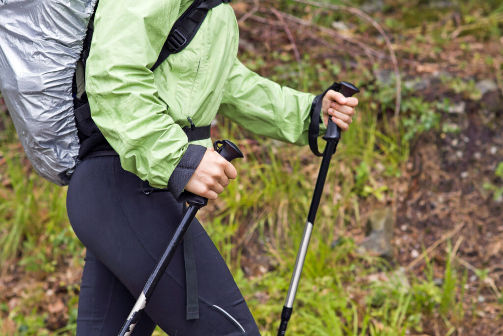 Persona en senderismo haciendo nordic walking