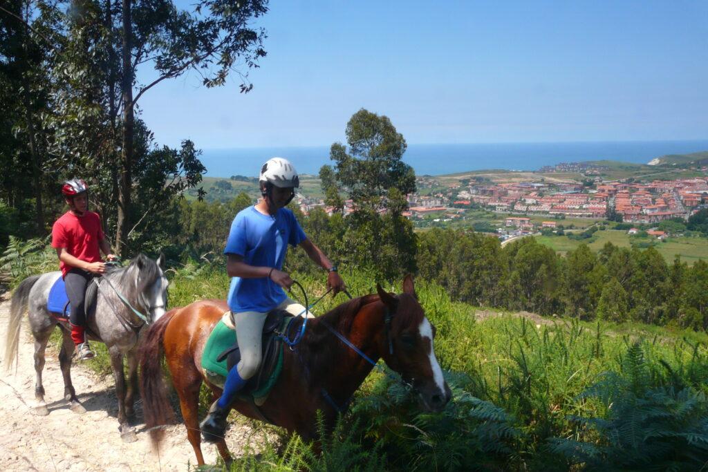 Dos jinetes paseando a caballo